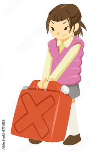ポリタンクを運ぶ少女