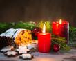 Weihnachtsdekoration mit Kerzen und Christstollen