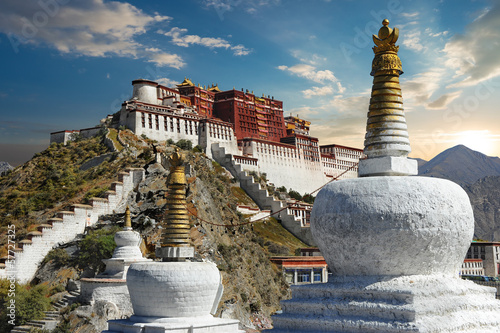 Deurstickers China The Potala Palace in Tibet during sunset