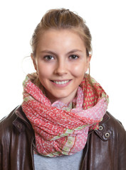 Portrait einer jungen Frau mit Halstuch
