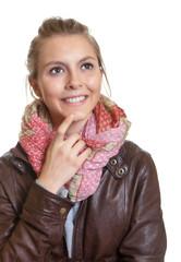 Junge Frau mit einem strahlenden Lachen