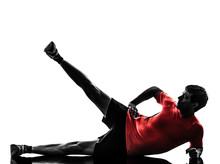 L'homme l'exercice physique pieds d'entraînement jusqu'à silhouette