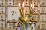 Adventskalender mit vier goldenen Kerzen - Weihnachten