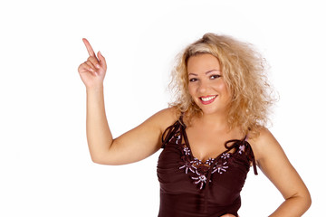 Lachende blonde junge Frau zeigt nach oben