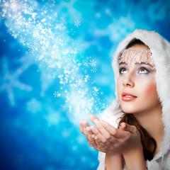 junge brünette Frau als Schneekönigin