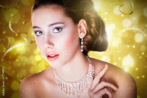 attraktive brünette junge Frau vor Silvesterhintergrund