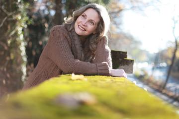 glückliche Frau im Park