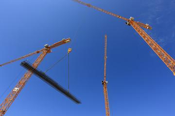 grues de chantier sur ciel bleu