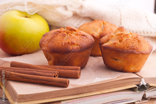 Muffins with apple and cinnamon