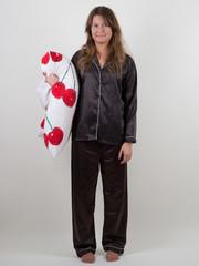 Junge Frau im Schlafanzug mit Kissen