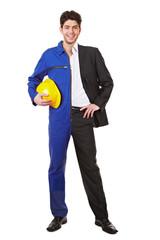 Junger Mann halb im Anzug und im Blaumann