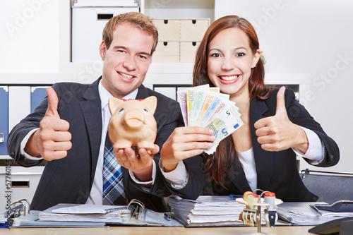 Geschäftsleute mit Geld halten Daumen hoch