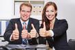 Business-Team hält die Daumen hoch