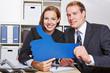 Geschäftsleute halten blauen Daumen hoch