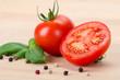 Tomate mit Basilikum auf Holz