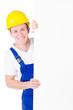 freundlicher Bauarbeiter hält Schild