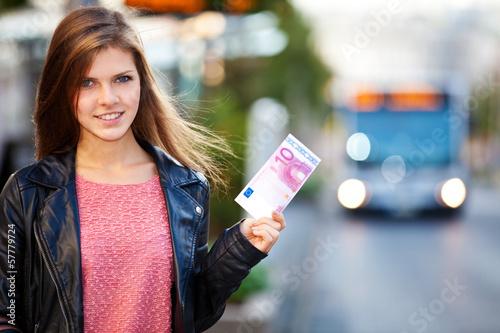 Junge Frau hält 10 Euro