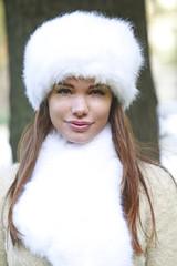Jeune femme souriante avec une chapka blanche
