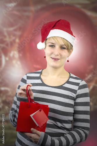 Junge Frau mit kleinem Weihnachtseinkauf