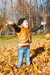 child the girl to stand in autumn park