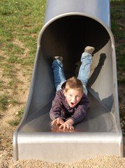 Röhrenrutsche - Junge hat Spaß