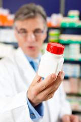 Apotheker empfiehlt Medikament in Apotheke