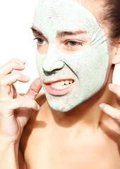 zniecierpliwiona kobieta w maseczce z zielonej glinki