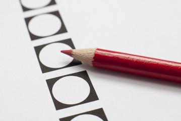 feuille de vote et crayon rouge