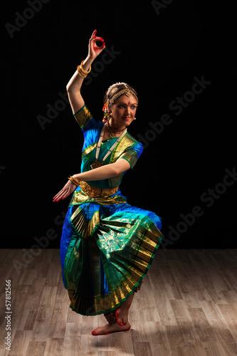 obraz PCV Piękna dziewczyna tancerka tańca indyjskiego klasycznego Bharatanatyam