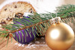 Christstollen mit Tannenzweig und Christbaumkugeln