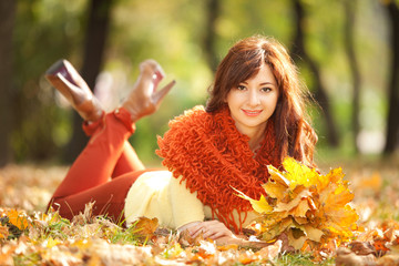 Young pretty woman resting in the autumn park