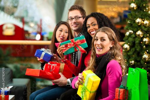 Freunde kaufen Geschenke an Weihnachten
