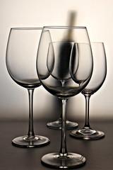 Bodegón. Copas de Vino con botella