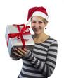Mädchen präsentiert ein Weihnachtsgeschenk