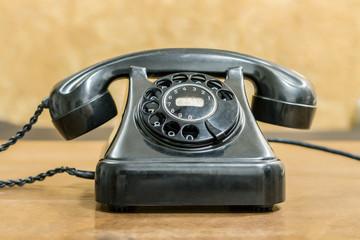 Viejo teléfono con fondo amarillo