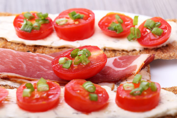 Toasts with tomato and bacon