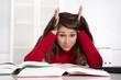Studentin beim Lernen - wütend und frustriert - junge Frau