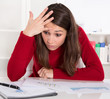 Junge Frau frustriert und verzweifelt im Büro