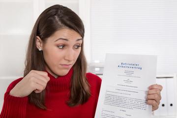 Befristeter Arbeitsvertrag - Arbeitnehmer - Frau im Büro