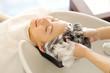 Leinwanddruck Bild - シャンプー台で髪を洗う女性