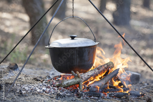 Foto op Aluminium Kamperen Cooking in the forest.
