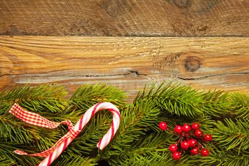 Weihnachtlicher Hintergrund mit Tannenzweigen und Deko