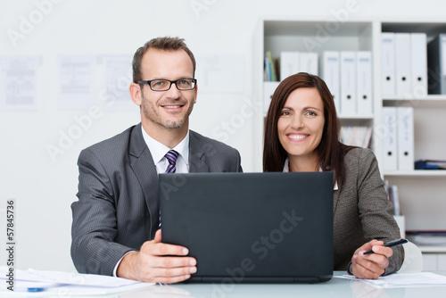 zwei kollegen am laptop