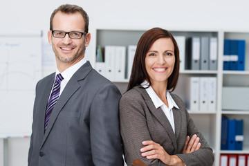 partner im büro stehen rücken an rücken