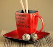 Zielona herbata w czerwonej filiżance