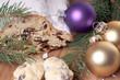 Christstollen mit Tannenzweig und Weihnachtsgebäck
