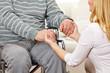 Frau hält Hände eines Senioren im Rollstuhl