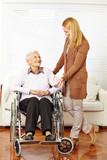 Seniorin im Rollstuhl bekommt Hausbesuch