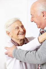 Zwei glückliche Senioren tanzen
