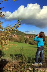 La petite fille contemple le paysage.